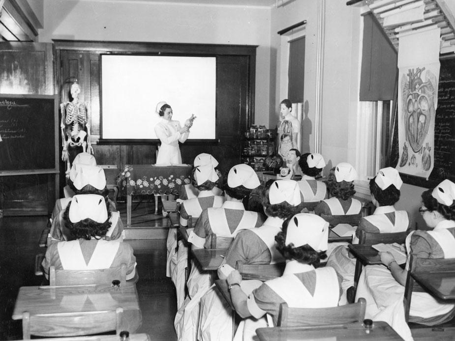 Vue d'une salle de cours à l'Hôpital Saint-Charles, en 1951